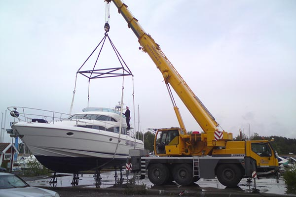 Mobilkran lyfter båt i Stockholm